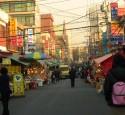 <span class='dscr'>Przedmieścia Seulu</span>&lt;br&gt;&lt;span class=&quot;cc-link&quot;&gt;&lt;a href=&quot;http://www.flickr.com/photos/jorgeplanello/5488452378/&quot; target=&quot;_blank&quot;&gt;Autor:Jorge Planella&lt;/a&gt;&lt;a href=&#039;http://creativecommons.org/licences/by/3.0&#039;&gt;&amp;nbsp;&lt;img class=&quot;cc-icon&quot; src=&quot;mods/_img/cc_by-small.png&quot;&gt;&lt;/a&gt;&lt;/a&gt;&lt;/span&gt;