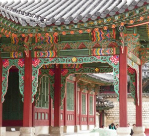 "Zespół pałacowy Changdeokgung<br><span class=""cc-link""><a href=""http://www.flickr.com/photos/10110263@N03/3688367257/"" target=""_blank"">Autor:np&djjewell</a><a href='http://creativecommons.org/licences/by/3.0'> <img class=""cc-icon"" src=""mods/_img/cc_by-small.png""></a></a></span>"