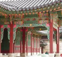 """<span class='dscr'>Zespół pałacowy Changdeokgung</span><br><span class=""""cc-link""""><a href=""""http://www.flickr.com/photos/10110263@N03/3688367257/"""" target=""""_blank"""">Autor:np&djjewell</a><a href='http://creativecommons.org/licences/by/3.0'>&nbsp;<img class=""""cc-icon"""" src=""""mods/_img/cc_by-small.png""""></a></a></span>"""