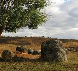 "Stanowisko 1 w Dolinie Dzbanów (Plaine des Jarres)<br><span class=""cc-link""><a href=""http://commons.wikimedia.org/wiki/File:Plainofjars_2.jpg"" target=""_blank"">Autor:Olivier Spalt</a><a href='http://creativecommons.org/licences/by-sa/3.0'>&nbsp;<img class=""cc-icon"" src=""mods/_img/cc_by_sa-small.png""></a></a></span>"