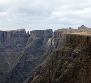 "Góry Smocze, których najwyższym szczyt, Thabana Ntlenyana, sięga 3841 m n.p.m. <br><span class=""cc-link""><a href=""http://www.flickr.com/photos/sitowijngaarden/3731076385/"" target=""_blank"">Autor:Sito Wjingaarden</a><a href='http://creativecommons.org/licences/by/3.0'>&nbsp;<img class=""cc-icon"" src=""mods/_img/cc_by-small.png""></a></a></span>"