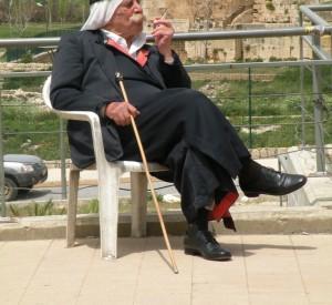 """Mieszkaniec Libanu w narodowym stroju (odpoczywający między kolejnymi ujęciami podczas kręcenia teledysku muzycznego).<br><span class=""""cc-link"""">Autor: Jan Ignacy Czempiński</span>"""