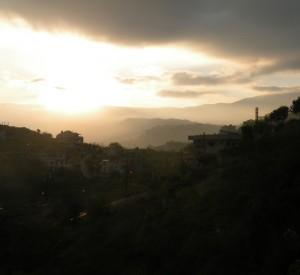 """Wschód słońca nad jednym z wielu górzystych zakątków Libanu.<br><span class=""""cc-link"""">Autor: Jan Ignacy Czempiński</span>"""