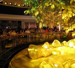 "Tree of Prosperity<br><span class=""cc-link""><a href=""http://commons.wikimedia.org/wiki/File:Wynn_Macau_Tree_of_Prosperity_Showing.jpg?uselang=zh"" target=""_blank"">Autor:Wing</a><a href='http://creativecommons.org/licences/by/3.0'> <img class=""cc-icon"" src=""mods/_img/cc_by-small.png""></a></a></span>"