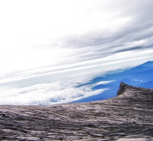 "Wierzchołek Kinabalu, mierzący 4095 m n.p.m.  <br><span class=""cc-link""><a href=""http://www.flickr.com/photos/ttt11/2641717308/"" target=""_blank"">Autor:Wong Zitao</a><a href='http://creativecommons.org/licences/by-nd/3.0'>&nbsp;<img class=""cc-icon"" src=""mods/_img/cc_by_nd-small.png""></a></a></span>"