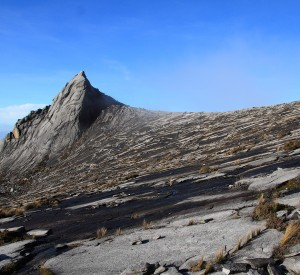 "Wierzchołek Kinabalu, mierzący 4095 m n.p.m.  <br><span class=""cc-link""><a href=""http://www.flickr.com/photos/ericlbc/3023500965/"" target=""_blank"">Autor:Eric BC Lim</a><a href='http://creativecommons.org/licences/by/3.0'>&nbsp;<img class=""cc-icon"" src=""mods/_img/cc_by-small.png""></a></a></span>"