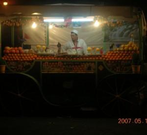 """Sprzedawca soku pomarańczowego wraz ze swoim straganem na placu Djemma el- Fna w Marrakeszu. <br><span class=""""cc-link"""">Autor: Jan Ignacy Czempiński</span>"""