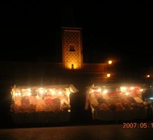 """Stoiska z przyprawami, daktylami, orzechami i dziesiątkami innych wiktuałów można spotkać w całym Marrakeszu.<br><span class=""""cc-link"""">Autor: Jan Ignacy Czempiński</span>"""