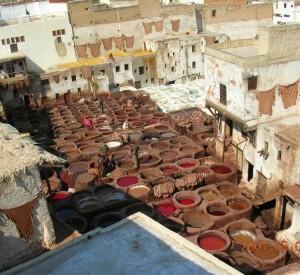 """Jedna z tradycjyjnych, działających od setek lat garbarni, schowanych między budynkami starej części Fezu.<br><span class=""""cc-link"""">Autor: Jan Ignacy Czempiński</span>"""