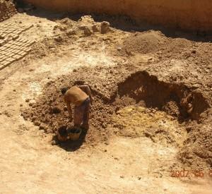 """Marokańczyk wyrabiający tradycyjnym sposobem cegły, potrzebne do nie kończącego się remontu glinianych budynków.<br><span class=""""cc-link"""">Autor: Jan Ignacy Czempiński</span>"""