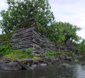 "Nan Madol<br><span class=""cc-link""><a href=""http://www.flickr.com/photos/ctsnow/103660938/"" target=""_blank"">Autor:ctsnow</a><a href='http://creativecommons.org/licences/by/3.0'>&nbsp;<img class=""cc-icon"" src=""mods/_img/cc_by-small.png""></a></a></span>"