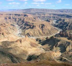 "Fish River Canyon<br><span class=""cc-link""><a href=""http://www.flickr.com/photos/sara_joachim/2813258791/"" target=""_blank"">Autor:Joachim Huber</a><a href='http://creativecommons.org/licences/by-sa/3.0'> <img class=""cc-icon"" src=""mods/_img/cc_by_sa-small.png""></a></a></span>"