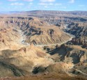 <span class='dscr'>Fish River Canyon</span>&lt;br&gt;&lt;span class=&quot;cc-link&quot;&gt;&lt;a href=&quot;http://www.flickr.com/photos/sara_joachim/2813258791/&quot; target=&quot;_blank&quot;&gt;Autor:Joachim Huber&lt;/a&gt;&lt;a href=&#039;http://creativecommons.org/licences/by-sa/3.0&#039;&gt;&amp;nbsp;&lt;img class=&quot;cc-icon&quot; src=&quot;mods/_img/cc_by_sa-small.png&quot;&gt;&lt;/a&gt;&lt;/a&gt;&lt;/span&gt;