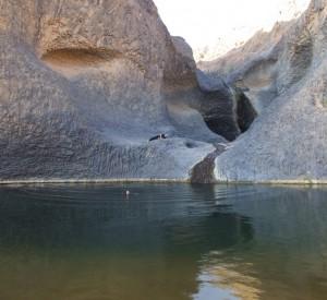 """Źródło bijące w oazie Timia<br><span class=""""cc-link"""">Autor: Denvermaxwell</span>"""