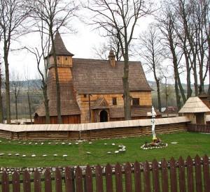 """Kościół św. Michała Archanioła w Dębnie<br><span class=""""cc-link""""><a href=""""http://commons.wikimedia.org/wiki/File:Debno_-_kosciol_Michala_Archaniola.jpg"""" target=""""_blank"""">Autor:Krzys L</a><a href='http://creativecommons.org/licences/by-sa/3.0'><img class=""""cc-icon"""" src=""""mods/_img/cc_by_sa-small.png""""></a></a></span>"""
