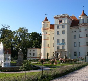 """Pałac w Wojanowie<br><span class=""""cc-link""""><a href=""""http://commons.wikimedia.org/wiki/File:Palace_in_Wojanow.JPG"""" target=""""_blank"""">Autor:Loportek</a><a href='http://creativecommons.org/licences/by-sa/3.0'>&nbsp;<img class=""""cc-icon"""" src=""""mods/_img/cc_by_sa-small.png""""></a></a></span>"""