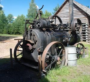 """Maszyna parowa w tartaku w skansenie we Wdzydzach (Kaszuby).<br><span class=""""cc-link""""><a href=""""http://commons.wikimedia.org/wiki/File:Wdzydze_maszyna_parowa.jpg"""" target=""""_blank"""">Autor:Polimerek</a><a href='http://creativecommons.org/licences/by-sa/3.0'>&nbsp;<img class=""""cc-icon"""" src=""""mods/_img/cc_by_sa-small.png""""></a></a></span>"""