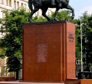 "Pomnik Piłsudskiego w Katowicach<br><span class=""cc-link""><a href=""http://commons.wikimedia.org/wiki/File:Katowice_pilsudski.jpg"" target=""_blank"">Autor:Mariusz Paździora</a><a href='http://creativecommons.org/licences/by-sa/3.0'><img class=""cc-icon"" src=""mods/_img/cc_by_sa-small.png""></a></a></span>"