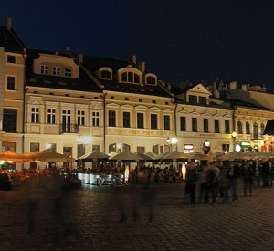 "Rynek w Rzeszowie nocą<br><span class=""cc-link""><a href=""http://commons.wikimedia.org/wiki/File:Rzeszow_rynek1b.jpg"" target=""_blank"">Autor:MarW</a><a href='http://creativecommons.org/licences/by-sa/3.0'>&nbsp;<img class=""cc-icon"" src=""mods/_img/cc_by_sa-small.png""></a></a></span>"