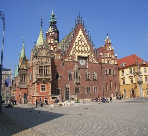 "Ratusz we Wrocławiu<br><span class=""cc-link""><a href=""http://commons.wikimedia.org/wiki/File:Ratusz_wroclaw.JPG"" target=""_blank"">Autor:Sudstadter</a><a href='http://creativecommons.org/licences/by-sa/3.0'>&nbsp;<img class=""cc-icon"" src=""mods/_img/cc_by_sa-small.png""></a></a></span>"