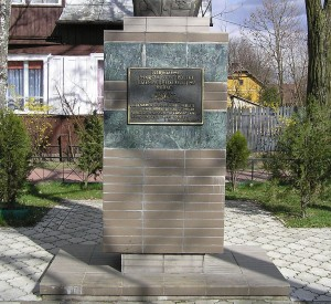"""Pomnik Józefa Pilsudskiego w Broku<br><span class=""""cc-link""""><a href=""""http://commons.wikimedia.org/wiki/File:Brok_Jozef_Pilsudski_statue_1_beentree.jpg"""" target=""""_blank"""">Autor:Beentree</a><a href='http://creativecommons.org/licences/by-sa/3.0'>&nbsp;<img class=""""cc-icon"""" src=""""mods/_img/cc_by_sa-small.png""""></a></a></span>"""