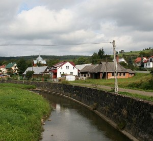 "Komańcza<br><span class=""cc-link""><a href=""http://commons.wikimedia.org/wiki/File:Komańcza_rzeka_Barbarka_i_fragment_wsi_30.08.2010_p.jpg"" target=""_blank"">Autor:Przykuta</a><a href='http://creativecommons.org/licences/by-sa/3.0'> <img class=""cc-icon"" src=""mods/_img/cc_by_sa-small.png""></a></a></span>"