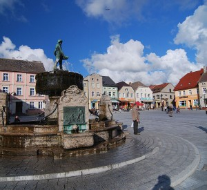 "Rynek w Darłowie<br><span class=""cc-link""><a href=""http://commons.wikimedia.org/wiki/File:Marktplatz_Darlowo.jpg"" target=""_blank"">Autor:Vitalis Eichwald</a><a href='http://creativecommons.org/licences/by-sa/3.0'> <img class=""cc-icon"" src=""mods/_img/cc_by_sa-small.png""></a></a></span>"