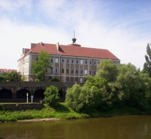 """Zamek Książąt Głogowskich<br><span class=""""cc-link""""><a href=""""http://commons.wikimedia.org/wiki/File:Glogow_Zamek_z_mostu_2005.JPG"""" target=""""_blank"""">Autor:Paweł Dembowski</a><a href='http://creativecommons.org/licences/by-sa/3.0'><img class=""""cc-icon"""" src=""""mods/_img/cc_by_sa-small.png""""></a></a></span>"""