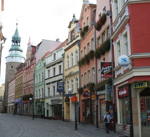 "Ul. Marii Konopnickiej w Jeleniej Górze<br><span class=""cc-link""><a href=""http://commons.wikimedia.org/wiki/File:Konopnicka_Street_Jelenia_Gora.jpg"" target=""_blank"">Autor:Jojo</a><a href='http://creativecommons.org/licences/by-sa/3.0'><img class=""cc-icon"" src=""mods/_img/cc_by_sa-small.png""></a></a></span>"