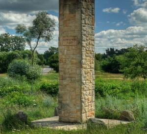 """Obelisk we wsi Żeleźnica (Przedborski Park Krajobrazowy) upamiętniający miejsce tragicznego w skutkach wypadku króla Polski Kazimierza III Wielkiego<br><span class=""""cc-link""""><a href=""""http://commons.wikimedia.org/wiki/File:Zeleznica_-_obelisk.jpg"""" target=""""_blank"""">Autor:Scythian</a><a href='http://creativecommons.org/licences/by-sa/3.0'><img class=""""cc-icon"""" src=""""mods/_img/cc_by_sa-small.png""""></a></a></span>"""