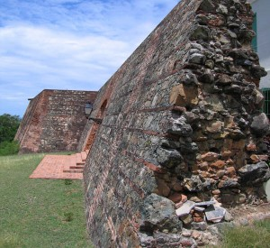 "Fuerte de Vieques<br><span class=""cc-link""><a href=""http://commons.wikimedia.org/wiki/File:Fortín_Conde_de_Mirasol_-_nedokoncene_opevnenie_2.jpg"" target=""_blank"">Autor:Jaro Nemcok</a><a href='http://creativecommons.org/licences/by-sa/3.0'> <img class=""cc-icon"" src=""mods/_img/cc_by_sa-small.png""></a></a></span>"