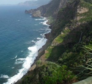 "Madera<br><span class=""cc-link""><a href=""http://commons.wikimedia.org/wiki/File:Madeiran_coastline,_near_Sao_Jorge.jpg"" target=""_blank"">Autor:Plane Person</a><a href='http://creativecommons.org/licences/by/3.0'> <img class=""cc-icon"" src=""mods/_img/cc_by-small.png""></a></a></span>"