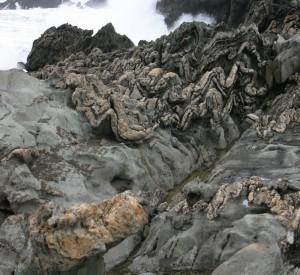 """Pofałdowane warstwy skalne na Szlaku Wydry<br><span class=""""cc-link"""">Autor: Rotational</span>"""