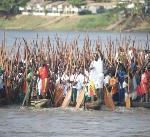 """Przygotowania do wyścigu tradycyjnych łodzi na rzece Ubangi<br><span class=""""cc-link""""><a href=""""http://www.flickr.com/photos/afrikaforce/5229142736/"""" target=""""_blank"""">Autor:AfrikaForce</a><a href='http://creativecommons.org/licences/by/3.0'>&nbsp;<img class=""""cc-icon"""" src=""""mods/_img/cc_by-small.png""""></a></a></span>"""