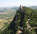 <span class='dscr'>Góra Titano w San Marino</span>&lt;br&gt;&lt;span class=&quot;cc-link&quot;&gt;&lt;a href=&quot;http://www.flickr.com/photos/martinsen-jordenrundt/5436733853/&quot; target=&quot;_blank&quot;&gt;Autor:Birgit Juel Martinsen&lt;/a&gt;&lt;a href=&#039;http://creativecommons.org/licences/by/3.0&#039;&gt;&amp;nbsp;&lt;img class=&quot;cc-icon&quot; src=&quot;mods/_img/cc_by-small.png&quot;&gt;&lt;/a&gt;&lt;/a&gt;&lt;/span&gt;