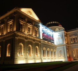 """Muzeum Narodowe w Singapurze<br><span class=""""cc-link""""><a href=""""http://www.flickr.com/photos/edwin11/3155955603/"""" target=""""_blank"""">Autor:edwin.11</a><a href='http://creativecommons.org/licences/by/3.0'><img class=""""cc-icon"""" src=""""mods/_img/cc_by-small.png""""></a></a></span>"""