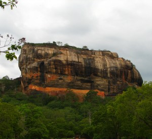 "Sigiriya<br><span class=""cc-link""><a href=""http://www.flickr.com/photos/mckaysavage/1633327254/"" target=""_blank"">Autor:McKay Savage</a><a href='http://creativecommons.org/licences/by/3.0'>&nbsp;<img class=""cc-icon"" src=""mods/_img/cc_by-small.png""></a></a></span>"
