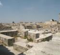 """<span class='dscr'>Ruiny zabudowań we wnętrzu twierdzy w Aleppo</span><br><span class=""""cc-link"""">Autor: Jan Ignacy Czempiński</span>"""