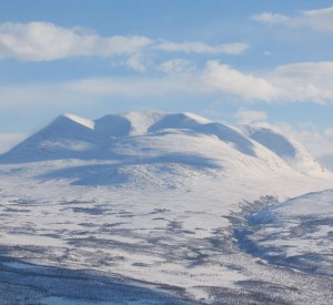 """Park Narodowy Abisko<br><span class=""""cc-link""""><a href=""""http://commons.wikimedia.org/wiki/File:Abisko_snow.jpg"""" target=""""_blank"""">Autor:Dheerav2</a><a href='http://creativecommons.org/licences/by-sa/3.0'>&nbsp;<img class=""""cc-icon"""" src=""""mods/_img/cc_by_sa-small.png""""></a></a></span>"""