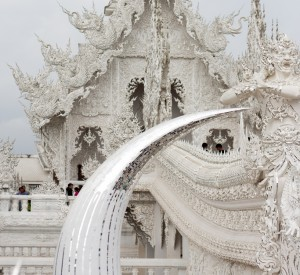 "Wat Rong Khun, Biała Świątynia<br><span class=""cc-link""><a href=""http://www.flickr.com/photos/beggs/6590175421/"" target=""_blank"">Autor:Brian Jeffery Beggerly</a><a href='http://creativecommons.org/licences/by/3.0'>&nbsp;<img class=""cc-icon"" src=""mods/_img/cc_by-small.png""></a></a></span>"