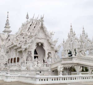 "Wat Rong Khun, Biała Świątynia<br><span class=""cc-link""><a href=""http://www.flickr.com/photos/beggs/6590141225/"" target=""_blank"">Autor:Brian Jeffery Beggerly</a><a href='http://creativecommons.org/licences/by/3.0'>&nbsp;<img class=""cc-icon"" src=""mods/_img/cc_by-small.png""></a></a></span>"