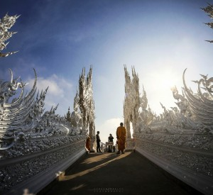 "Wat Rong Khun, Biała Świątynia<br><span class=""cc-link""><a href=""http://www.flickr.com/photos/kamgtr/8286171955/"" target=""_blank"">Autor:KamrenB Photography</a><a href='http://creativecommons.org/licences/by/3.0'> <img class=""cc-icon"" src=""mods/_img/cc_by-small.png""></a></a></span>"