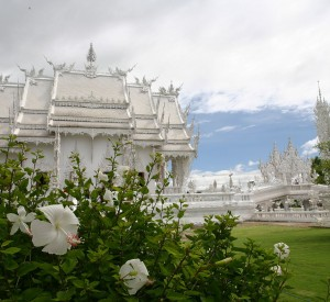 "Wat Rong Khun, Biała Świątynia<br><span class=""cc-link""><a href=""http://www.flickr.com/photos/hko_s/7787896972/"" target=""_blank"">Autor:Heiko S</a><a href='http://creativecommons.org/licences/by/3.0'>&nbsp;<img class=""cc-icon"" src=""mods/_img/cc_by-small.png""></a></a></span>"