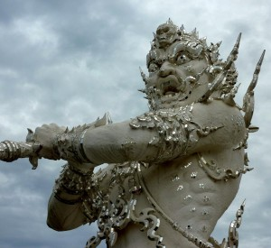 "Wat Rong Khun, Biała Świątynia<br><span class=""cc-link""><a href=""http://www.flickr.com/photos/anandajoti/7634344512/"" target=""_blank"">Autor:Ananadajoti Bhikkhu</a><a href='http://creativecommons.org/licences/by-sa/3.0'> <img class=""cc-icon"" src=""mods/_img/cc_by_sa-small.png""></a></a></span>"