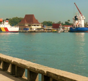 "Port w Dili<br><span class=""cc-link""><a href=""http://www.flickr.com/photos/cruzalmeida/4735871836/"" target=""_blank"">Autor:Alex Castro</a><a href='http://creativecommons.org/licences/by/3.0'> <img class=""cc-icon"" src=""mods/_img/cc_by-small.png""></a></a></span>"