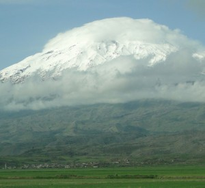 "Ararat<br><span class=""cc-link""><a href=""http://www.flickr.com/photos/adam_jones/5804760810/"" target=""_blank"">Autor:Adam Jones</a><a href='http://creativecommons.org/licences/by-sa/3.0'>&nbsp;<img class=""cc-icon"" src=""mods/_img/cc_by_sa-small.png""></a></a></span>"