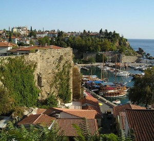 "Antalya<br><span class=""cc-link""><a href=""http://commons.wikimedia.org/wiki/File:Antalya_Hafen.jpg"" target=""_blank"">Autor:JurgenL</a><a href='http://creativecommons.org/licences/by-sa/3.0'>&nbsp;<img class=""cc-icon"" src=""mods/_img/cc_by_sa-small.png""></a></a></span>"