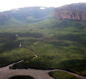 "Park Narodowy Canaima<br><span class=""cc-link""><a href=""http://www.flickr.com/photos/erikkristensen/5225069761/"" target=""_blank"">Autor:Erik Cleves Kristensen</a><a href='http://creativecommons.org/licences/by/3.0'>&nbsp;<img class=""cc-icon"" src=""mods/_img/cc_by-small.png""></a></a></span>"