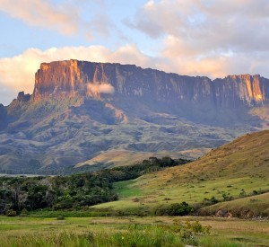 "Park Narodowy Canaima<br><span class=""cc-link""><a href=""http://commons.wikimedia.org/wiki/File:Kukenan_Tepuy_at_Sunset.jpg"" target=""_blank"">Autor:Paolo Costa Baldi</a><a href='http://creativecommons.org/licences/by-sa/3.0'>&nbsp;<img class=""cc-icon"" src=""mods/_img/cc_by_sa-small.png""></a></a></span>"