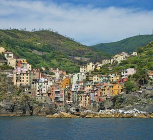 "Riomaggiore<br><span class=""cc-link""><a href=""http://commons.wikimedia.org/wiki/File:1_riomaggiore_2012.jpg"" target=""_blank"">Autor:Chensiyuan</a><a href='http://creativecommons.org/licences/by-sa/3.0'> <img class=""cc-icon"" src=""mods/_img/cc_by_sa-small.png""></a></a></span>"